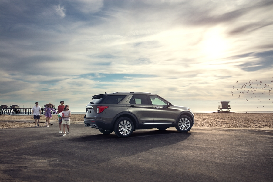 A family approaching a 2020 Explorer in magnetic parked at the beach