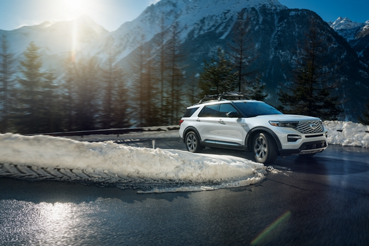 A 2020 Explorer Platinum rounding a corner in snowy conditions