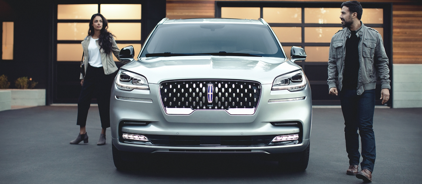 The sparkling grille of the Lincoln Aviator Grand Touring hybrid model is shown