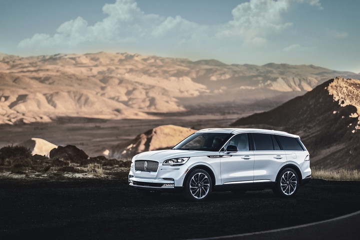 A Lincoln Aviator Reserve model is shown parked in a scenic mountain overlook