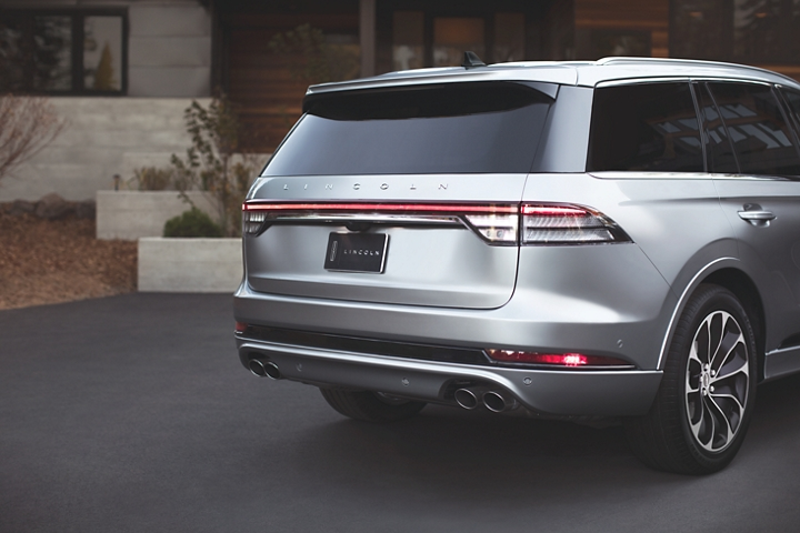 The rear taillamps of the 2021 Lincoln Aviator are shown spanning the entire width of the back of the vehicle