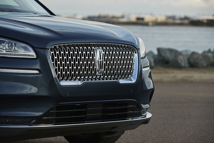 The delicate linework of the signature chrome grille catches low light to stand out against the flight blue exterior
