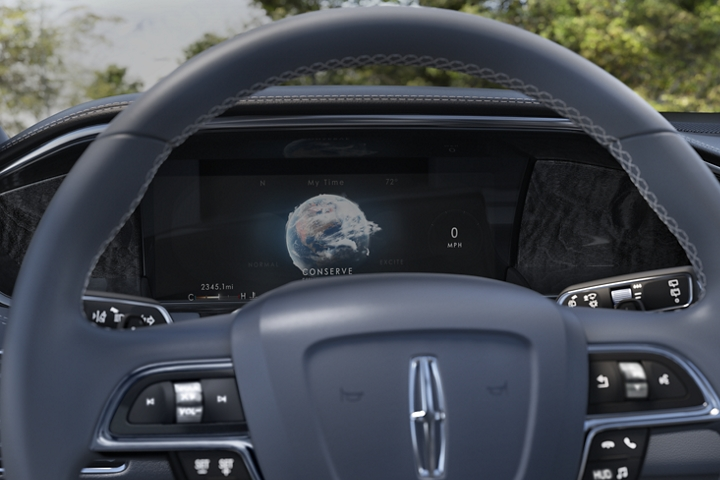 A stunning globe animation representing the Conserve drive mode illuminates the information screen behind the steering wheel with a soft blue glow