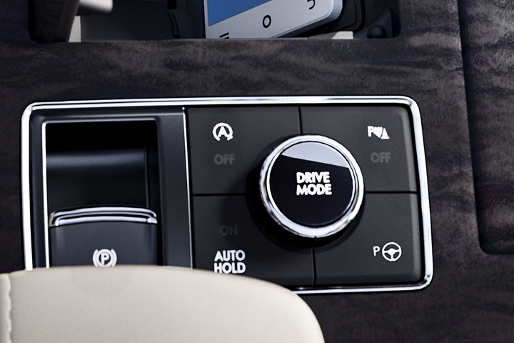 A detail of the Lincoln Drive modes knob shows off the clean design with sleek chrome accents that wrap the controls in eye catching elegance