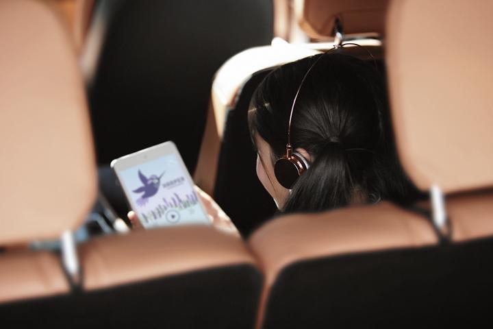 Se muestra una niña en la tercera fila mientras disfruta de conectividad wi-fi en un tablet móvil