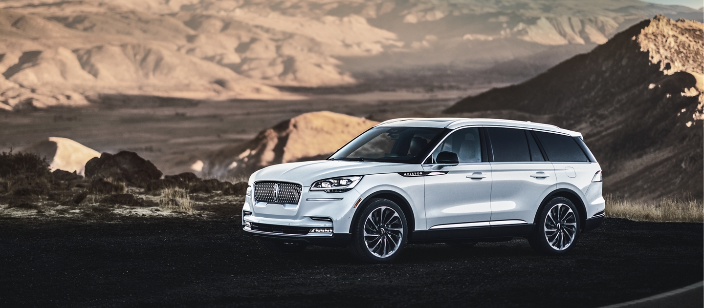 This is an image that shows the Lincoln Aviator gas model parked at a majestic mountain overlook
