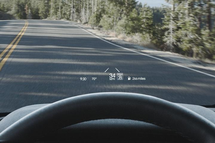 Se muestra información importante en la pantalla frontal proyectada en el parabrisas en la línea de los ojos del conductor