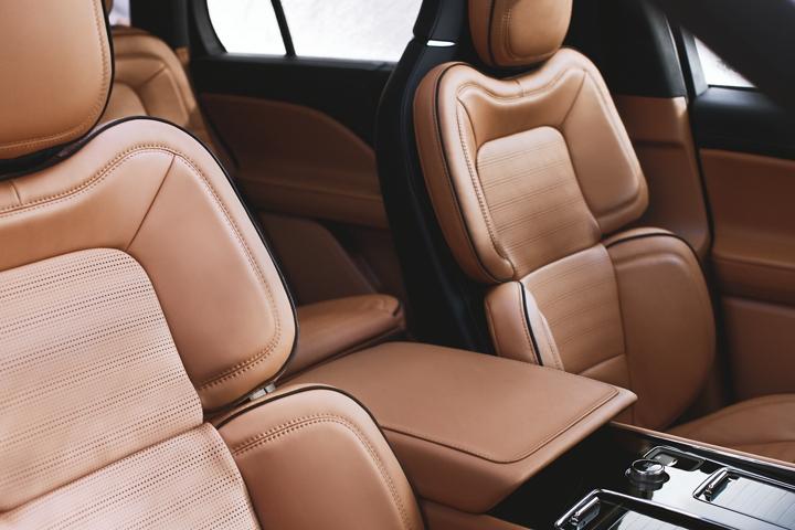 Se muestran los asientos en la posición perfecta de la fila delantera del Lincoln Black Label con tema interior Flight