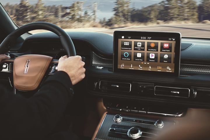 La pantalla frontal central muestra sync three applink para demostrar cómo puedes llevar las aplicaciones móviles contigo