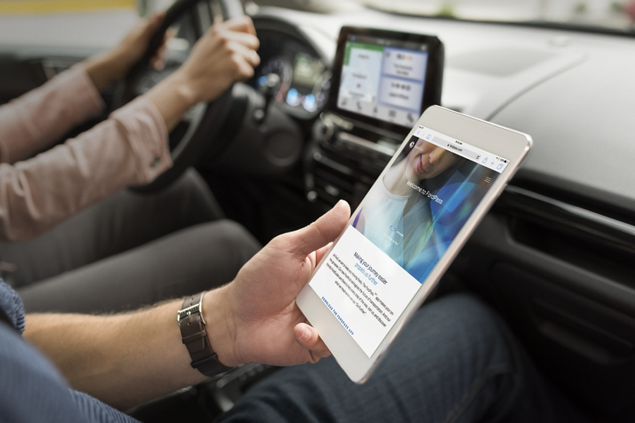 A passenger in the 2019 EcoSport uses FordPass Connect with WiFi Hotspot on their electronic notepad