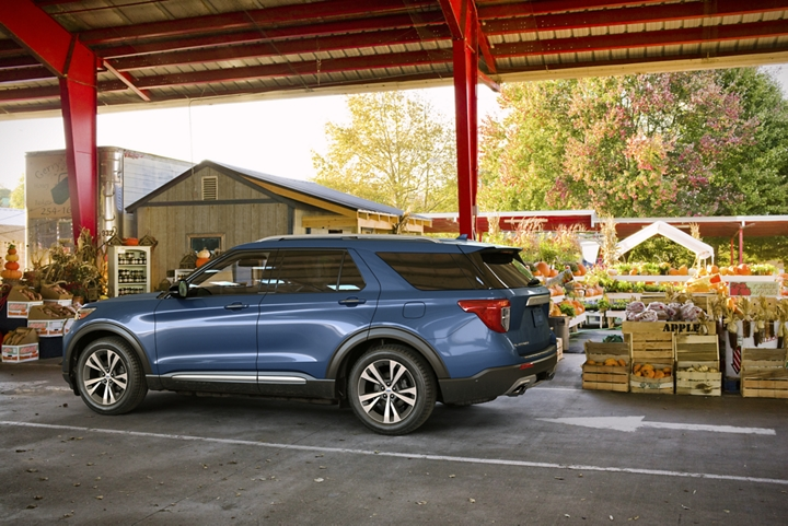 2020 Explorer platinum in Blue with 20 inch bright machined face aluminum wheels which are standard on the Platinum