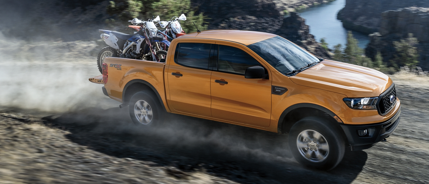 Ford Ranger 2020 couleur sabre transportant une paire de motos