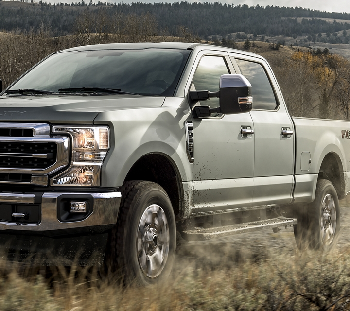 Un Super Duty 2020 dans un champ