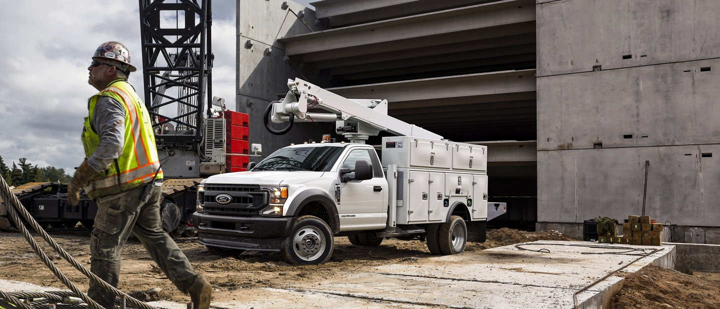 Un F-550 Super Duty en blanc Oxford sur un chantier de construction.