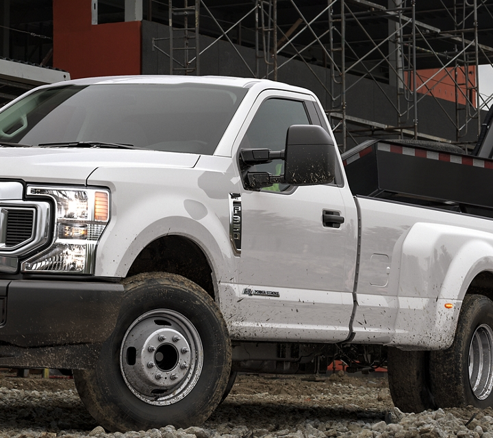 Un Super Duty 2020 remorque de la machinerie lourde sur un chantier de construction