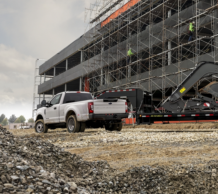 Ford Super Duty 2020 X L F 350  blanc Oxford sur un chantier de construction