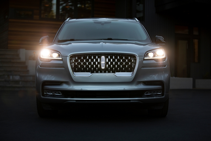 A Lincoln Aviator is shown with features included in the illumination package lit up