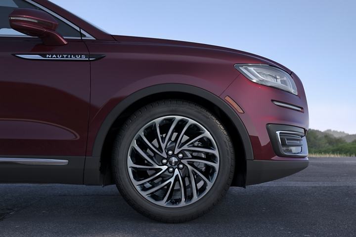 An image of a twenty inch premium painted bright machined aluminum wheels on a 2020 Lincoln Nautilus Reserve model