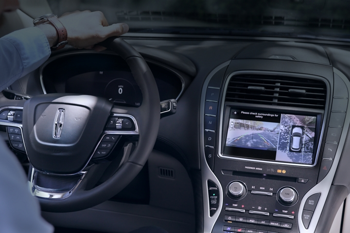 The centre touchscreen displays what is seen around the 2020 Lincoln Nautilus via the three sixty degree camera