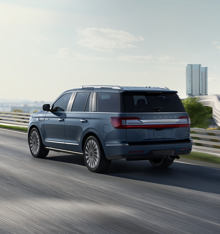 A Lincoln Navigator is shown in the available Lincoln Black Label Chroma Crystal Blue exterior colour