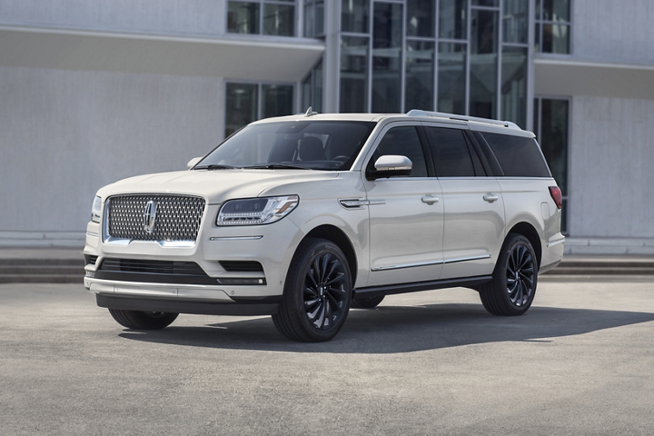A 2020 Lincoln Navigator Reserve model in the available Ceramic Pearl Monochromatic Package colour shows the elegant contrast of off white paint
