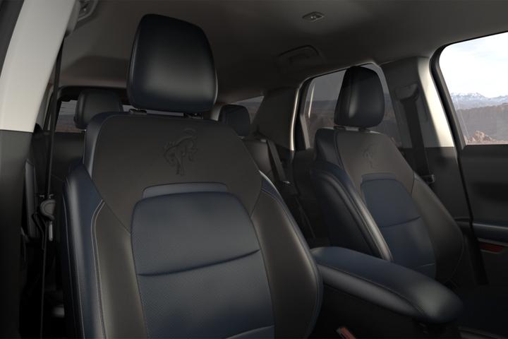 Primer plano de los asientos delanteros tapizados en cuero de unaFordBroncoSportOuter Banks2021