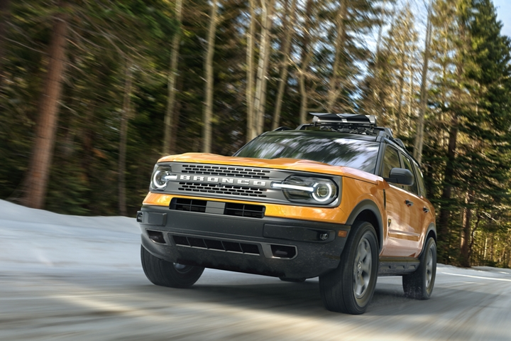 Una Ford Bronco Sport 2021 andando por un camino boscoso