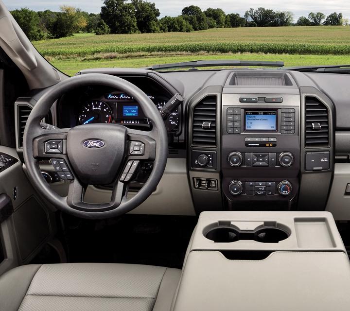 Se muestra una Ford Super Duty Chassis Cab X L T Interior 2020 en Camel Tan