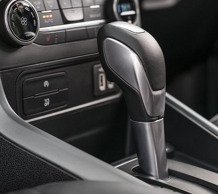 La EcoSport S E S 2019 incluye perilla de palanca de cambios forrada en cuero para lograr un aspecto y sensación sofisticados
