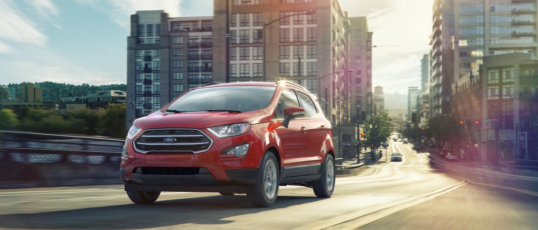 Una Ford EcoSport S E 2020 en ruby red alejándose de una ciudad