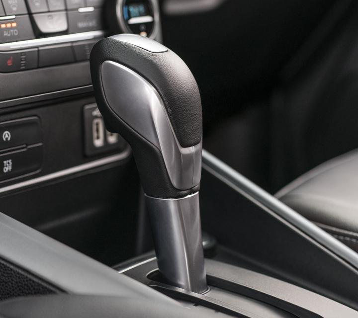 La Ford EcoSport S E S2020 incluyeperilla de palanca de cambios forrada en cuero para lograr un aspecto y sensación sofisticados