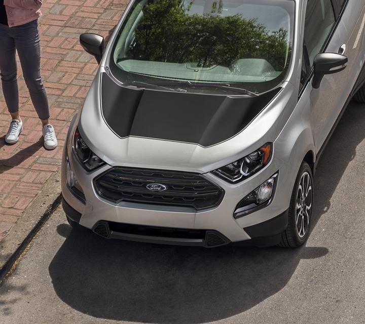 Una Ford EcoSport S E S 2020 en Moondust Silver con Paquete de Apariencia Black que incluye techo pintado enblack y calcomanías en el capó que se ven desde arriba