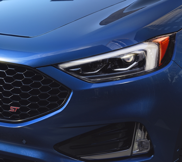 Se muestra una Ford Edge S T 2020 en Ford Performance Blue