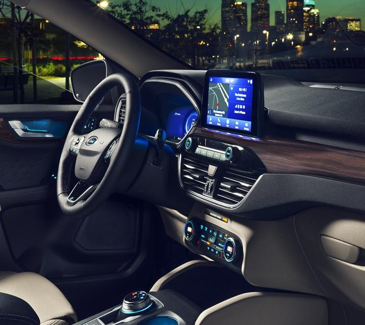 Imagen de la iluminación ambiental estándar del interior de la Ford Titanium 2020 modelo de gasolina