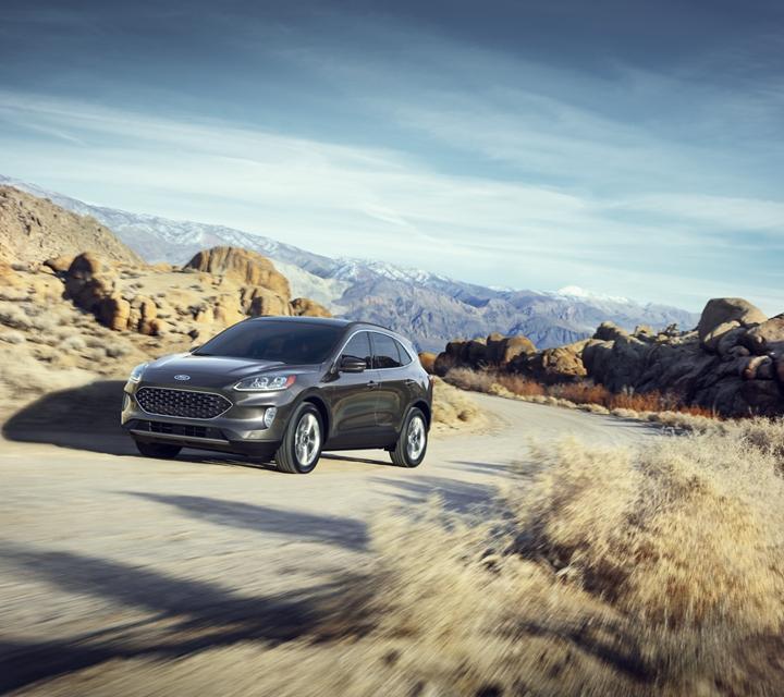 Ford Escape 2020 en Magnetic conduciendo por una carretera montañosa