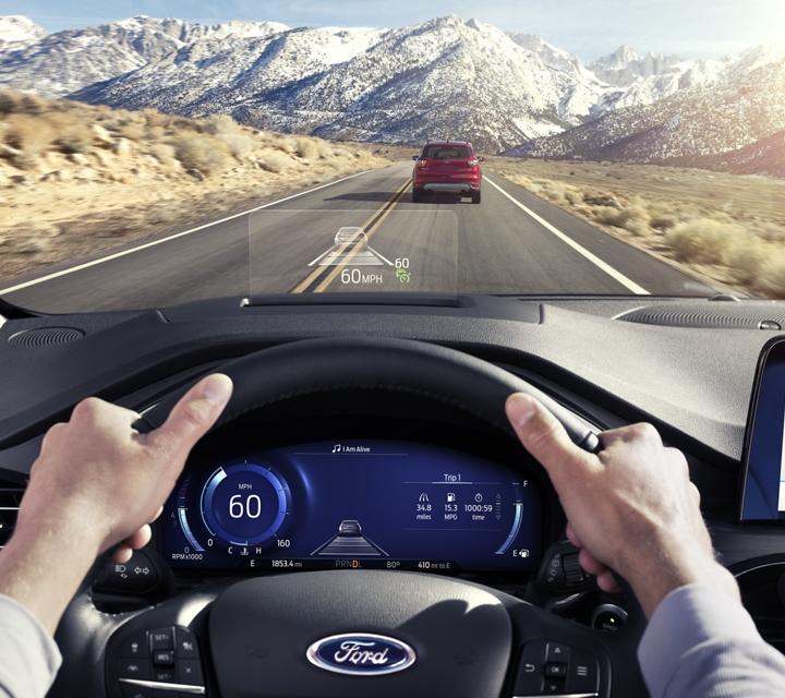 Punto de vista del conductor mirando la carretera con la pantalla frontal disponible
