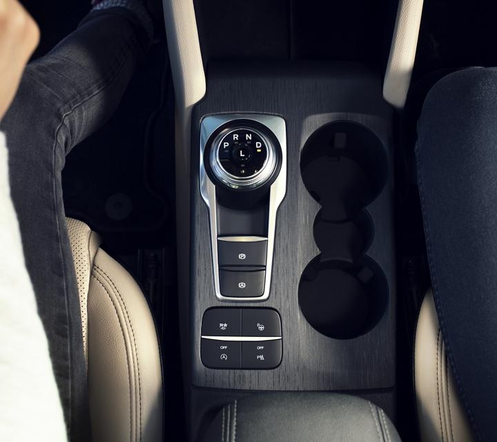 Interior con el nuevo dial giratorio en palanca de cambios y portavasos