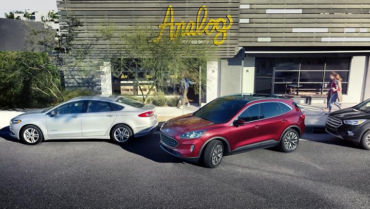 Ford Escape 2020 en Rapid Red retrocediendo en un espacio de estacionamiento