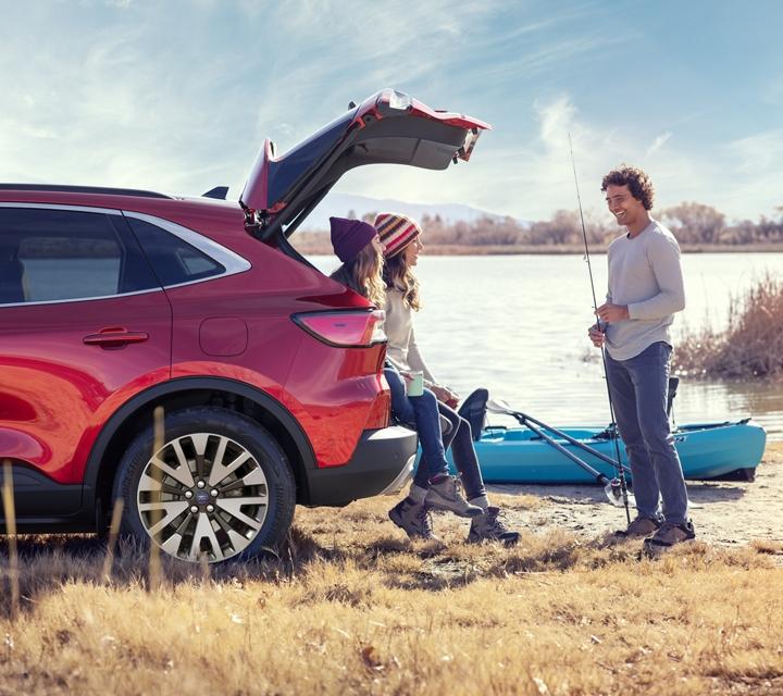 Ford Escape Titanium 2020 modelo de gasolina en Rapid Red con una familia joven junto a un lago