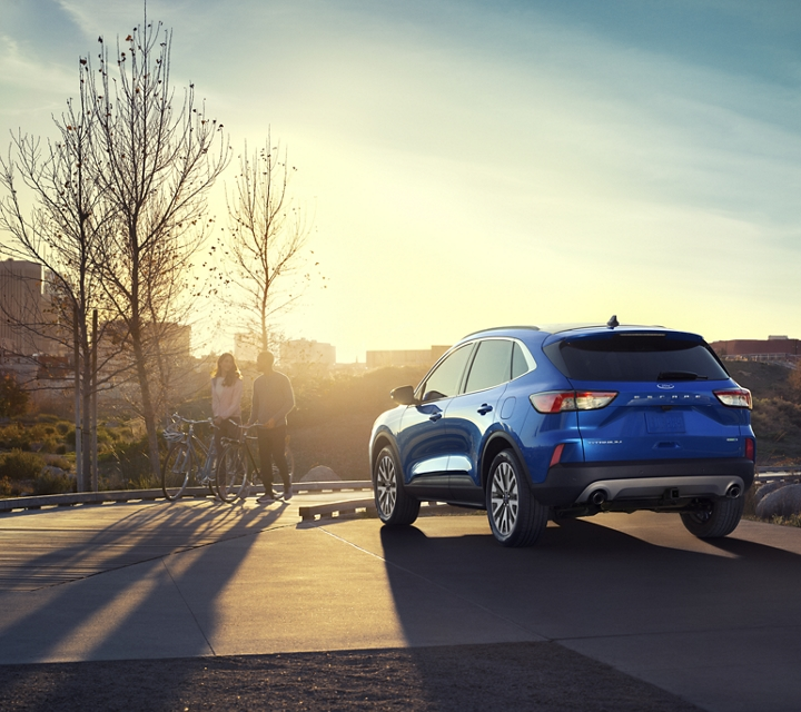 Ford Escape Titanium 2020 en Velocity Blue estacionada en la ciudad