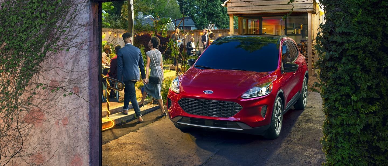 Distintiva Ford Escape S E Sport Hybrid 2020 en una fiesta en un patio