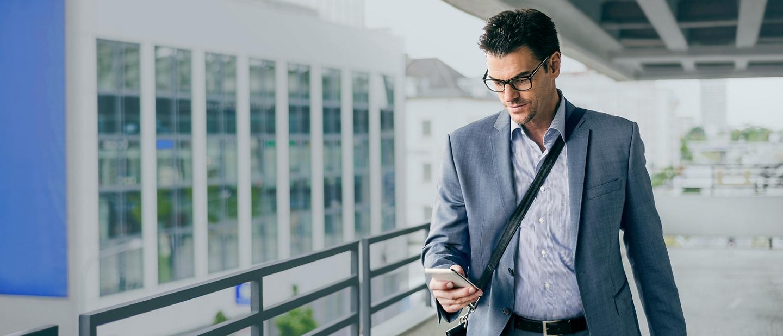 Persona usando la aplicación Ford Pass en un dispositivo móvil