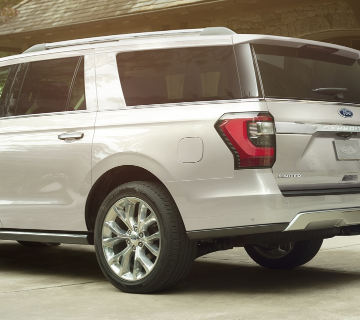 Se muestra la Ford Expedition 2019 en White Platinum Metallic Tri Coat en la entrada para auto