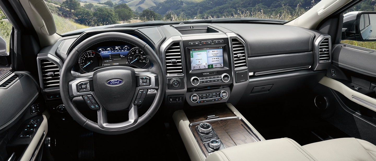 Interior de la Ford Expedition 2019 desde la perspectiva del conductor