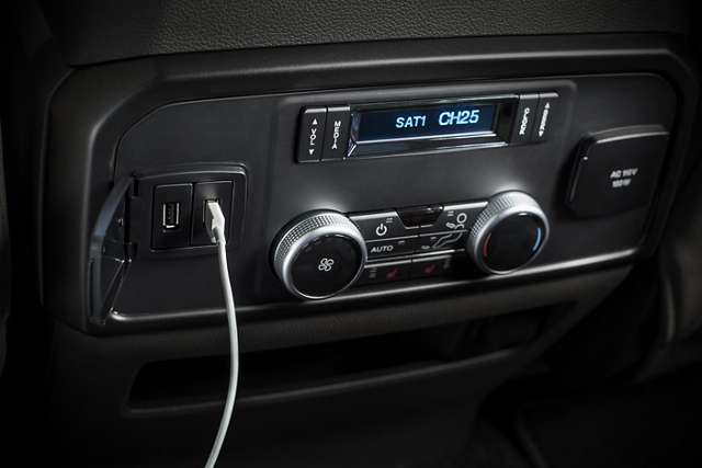 Una Ford Expedition 2020 con cargador inalámbrico y seis puertos USB en la consola central