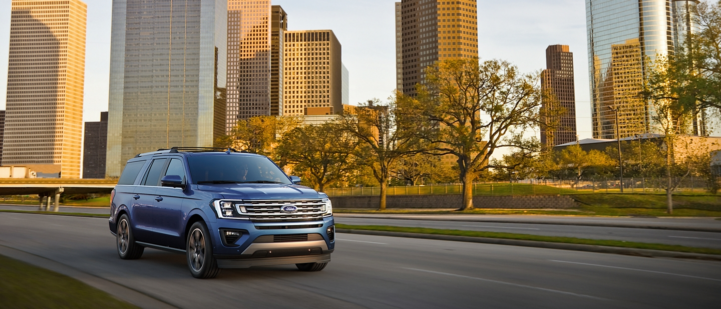 La Ford Expedition Limited 2020 en Blue luciendo fabuloso por la ciudad