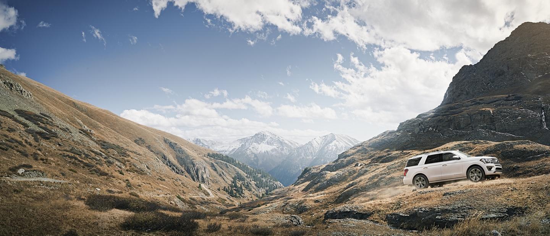 La Ford Expedition Platinum 2020 andando en modo todoterreno por las montañas