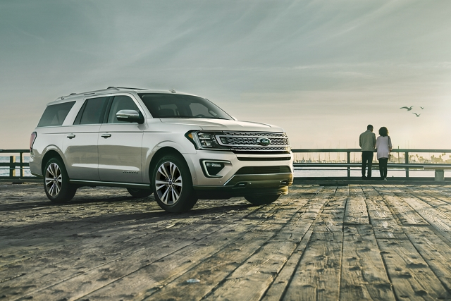La Ford Expedition Platinum 2020 con distintiva parrilla de cinco barras en un muelle al lado de un lago