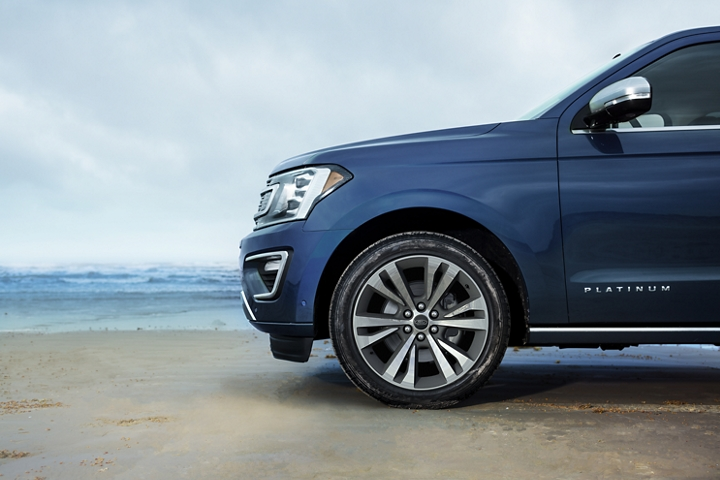2020 Ford Expedition Platinum showing its standard 22 inch six spoke wheels