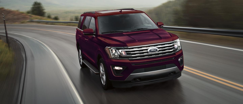 La Ford Expedition 2020 con transmisión automáticade 10 velocidades Select Shift en un camino de montaña